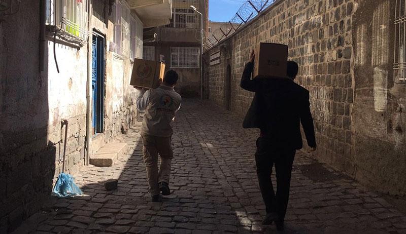 Lebensmittelpakete sind in Sur (Türkei) verteilt
